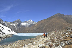 Hikers along Gokyo Lakes Royalty Free Stock Photos