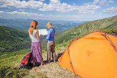 Hikers with map exploring in the mountain Royalty Free Stock Images