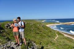 Hikers sightseeing острова Стоковая Фотография