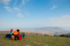 Hikers sit on the slope. And enjoy the scenery Royalty Free Stock Photography