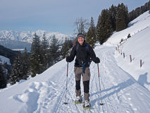 Hikers Snowshoe в Альпах Стоковая Фотография