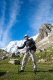 Hikier在高加索攀登山 免版税库存照片