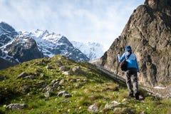 Hikier está subiendo la montaña en el Cáucaso Fotografía de archivo