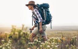 hiking старшая женщина стоковые изображения rf