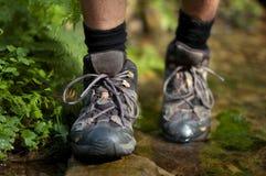 Hiking ботинки в напольном действии Стоковое Изображение