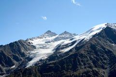 hiking верхние части камней путя горы красные белые Стоковое Изображение RF