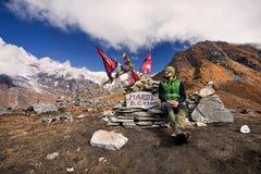 Hiking в горах Гималаев стоковые изображения rf