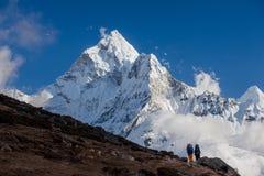 Hiking в горах Гималаев Стоковое Изображение