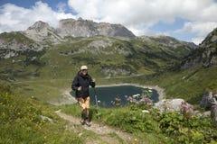 Hiking в горных вершинах стоковая фотография rf
