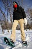 hiking детеныши женщины snowshoes ракеток стоковое фото