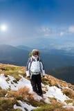 hiking детеныши женщины гор Стоковые Изображения RF