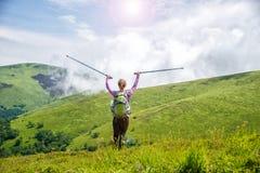 hiking детеныши женщины гор стоковое изображение