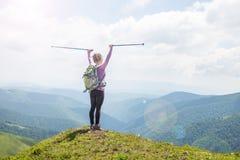 hiking детеныши женщины гор стоковая фотография rf