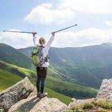 hiking детеныши женщины гор стоковые фотографии rf