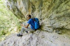 hiking детеныши человека Стоковые Изображения