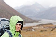 hiking женщина гор Гималаев Стоковые Фотографии RF