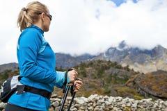 hiking женщина гор Гималаев Стоковое Изображение RF
