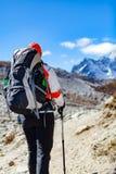 hiking женщина гор Гималаев Стоковые Изображения