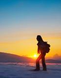hiking женщина зимы путешественника гор Стоковые Фото