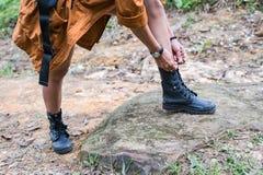 hiking женщина изображения гор принятая заполированностью стоковая фотография