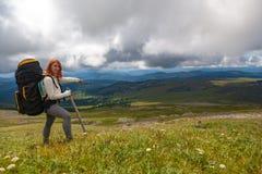 Hiking женщина с рюкзаком стоковая фотография rf