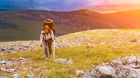 Hiking женщина с рюкзаком стоковые изображения rf
