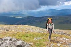 Hiking женщина с рюкзаком стоковая фотография