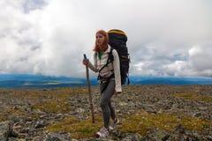 Hiking женщина с рюкзаком стоковое фото