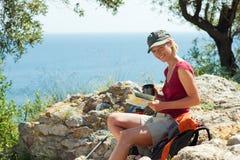 hiking женщина стоковое фото rf