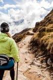 Hiking женщины гуляя в горах Гималаев, Непале Стоковая Фотография