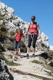 Hiking мати и ребенка Стоковая Фотография