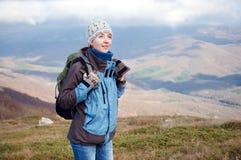Hiking молодой женщины Стоковые Фотографии RF