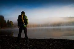 Hiking на озере стоковые фотографии rf