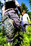 Hiking пары стоковые фотографии rf