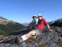 hiking пар межрасовый Стоковая Фотография