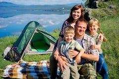 hiking семьи счастливый Стоковые Фото