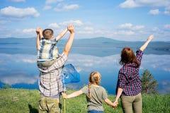hiking семьи счастливый Стоковая Фотография