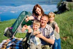 hiking семьи счастливый Стоковые Изображения RF