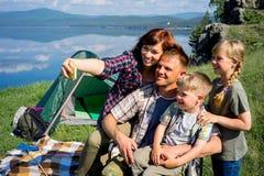 hiking семьи счастливый Стоковые Изображения