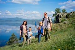 hiking семьи счастливый Стоковые Фотографии RF