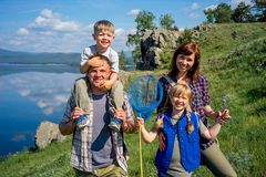 hiking семьи счастливый Стоковая Фотография RF