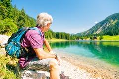 Hiking старший человек Стоковые Изображения