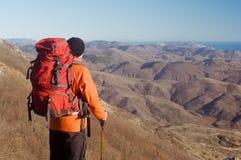 Hiking человек с рюкзаком Стоковые Фотографии RF
