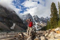 Hiking человек смотря озеро морен & утесистые горы Стоковая Фотография RF