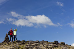 пары hiking куча горы указывая камень Стоковые Фотографии RF