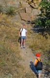 Будьте отцом ждать его малого сына пока hiking Стоковые Фотографии RF