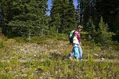 дочь hiking мать Стоковая Фотография