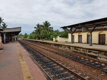 Hikkaduwa,斯里兰卡- 2018年5月09日:在驻地Hikkaduwa的铁路平台 库存照片