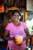 Hikkaduwa,斯里兰卡- 2017年1月31日:未认出的斯里兰卡的妇女在路附近卖在市场的椰子srink 库存图片