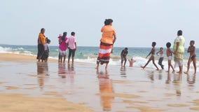 HIKKADUWA,斯里兰卡- 2014年2月:享用海滩和使用在海浪的本机 波浪是非常强和并非许多本机 股票视频